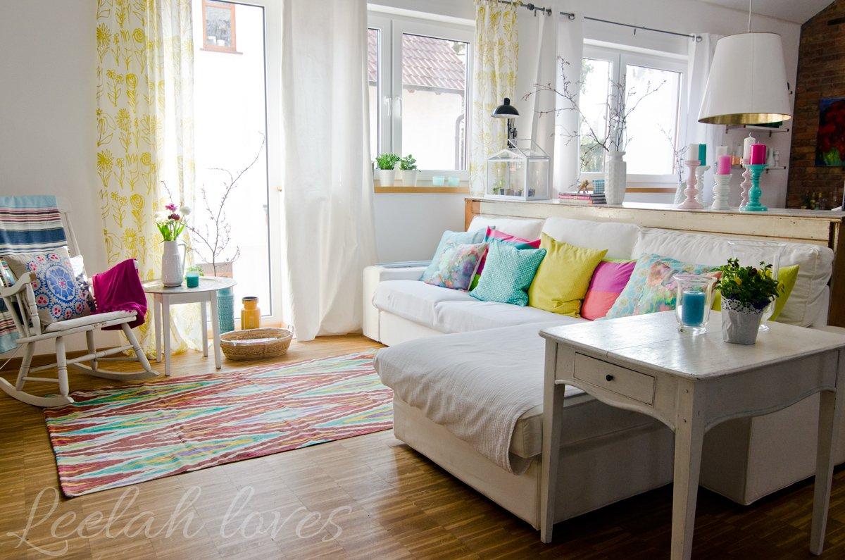 Deko in frischen Farben und bunte Kissen im Wohnzimmer im