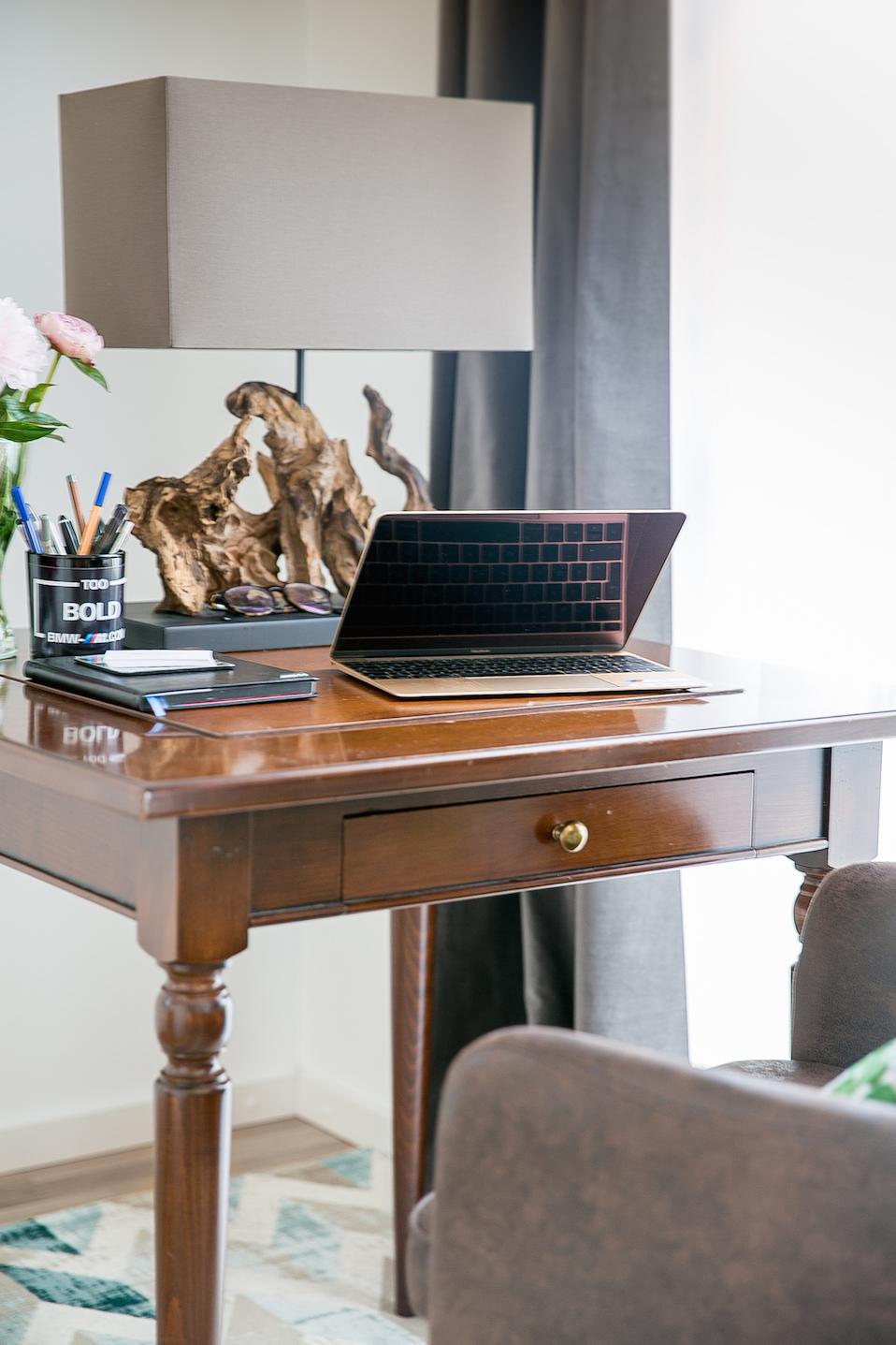 Den Arbeitsplatz harmonisch ins Wohnzimmer integrieren