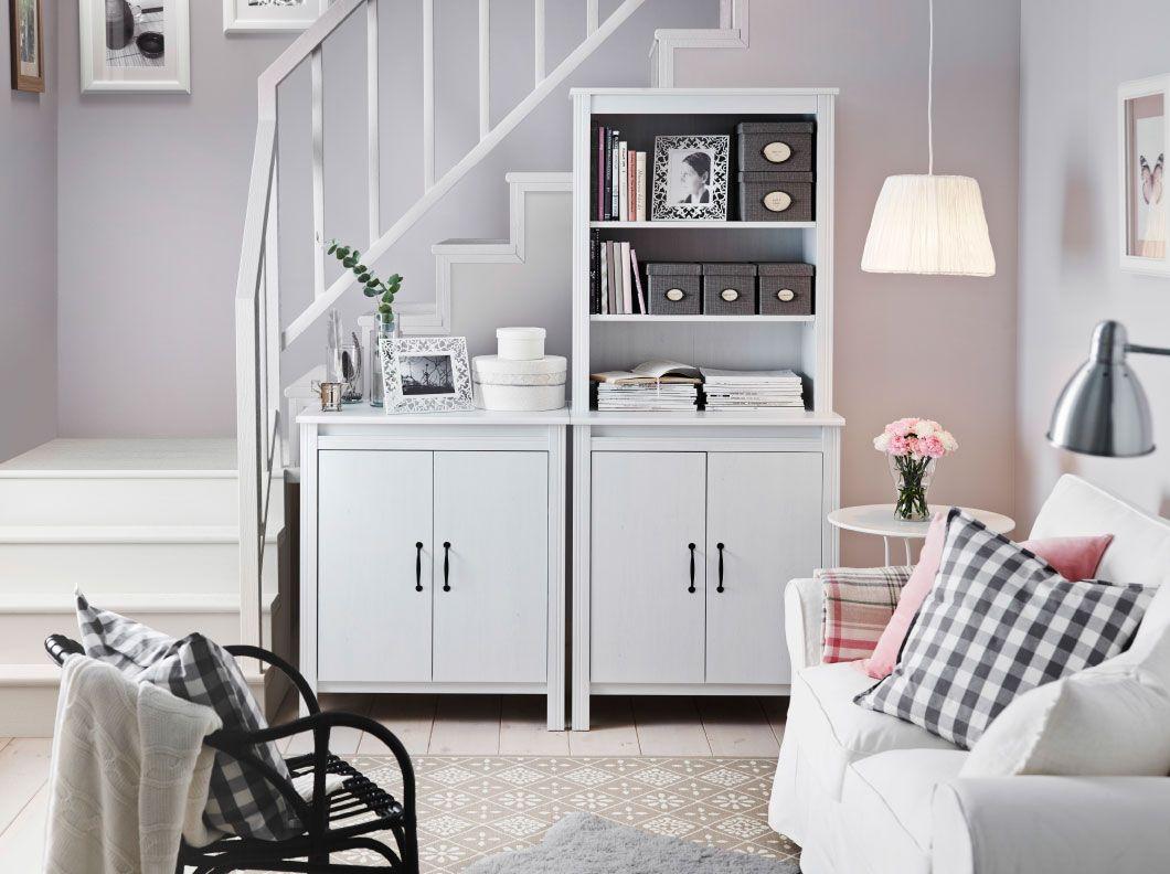 Ein helles Wohnzimmer mit BRUSALI Hochschrank mit Tür in
