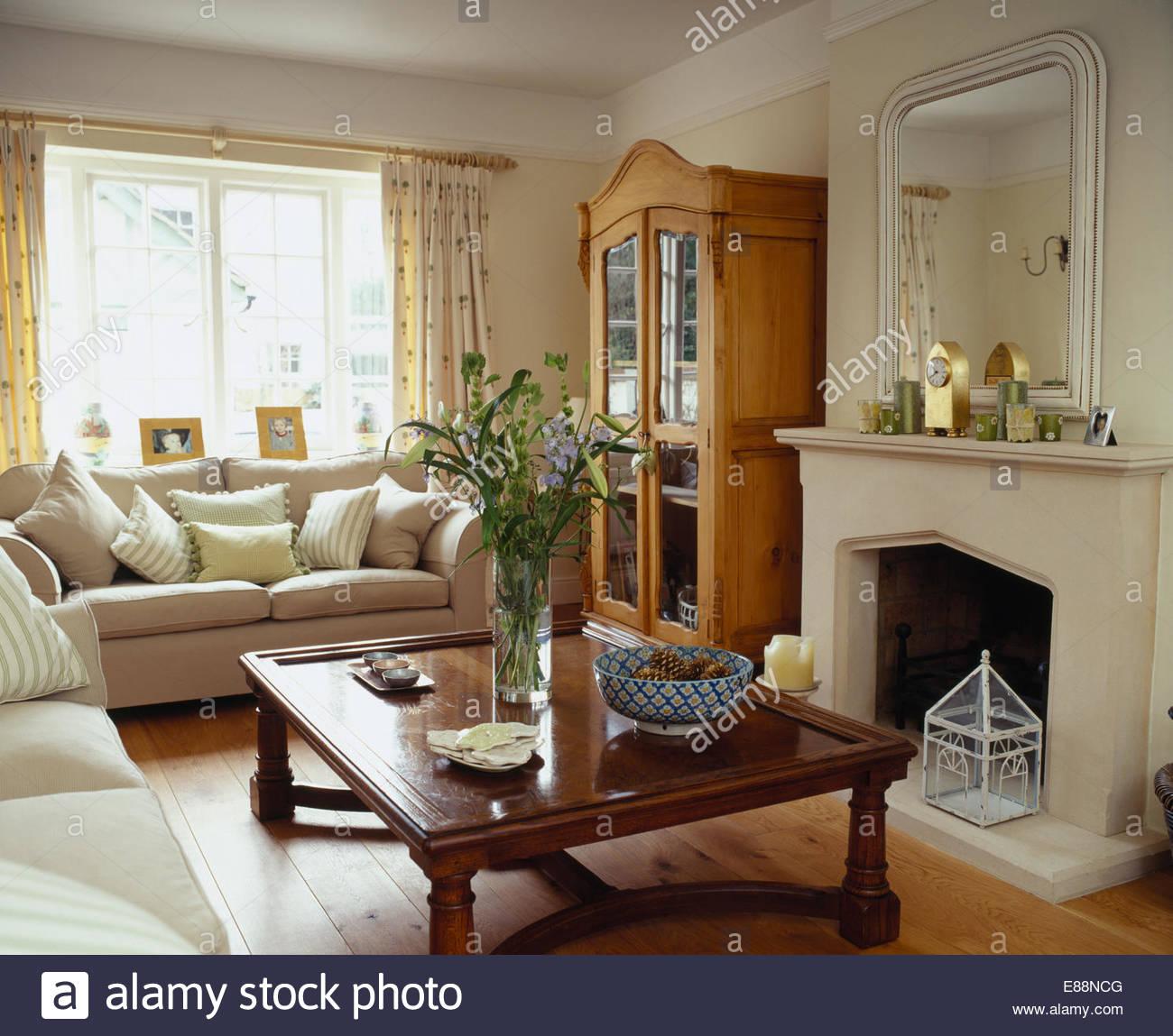 Indonesische Holz Couchtisch Kamin im Wohnzimmer mit
