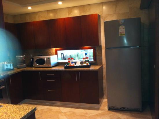 Küche mit Durchreiche zum Esstisch Wohnzimmer Bild von