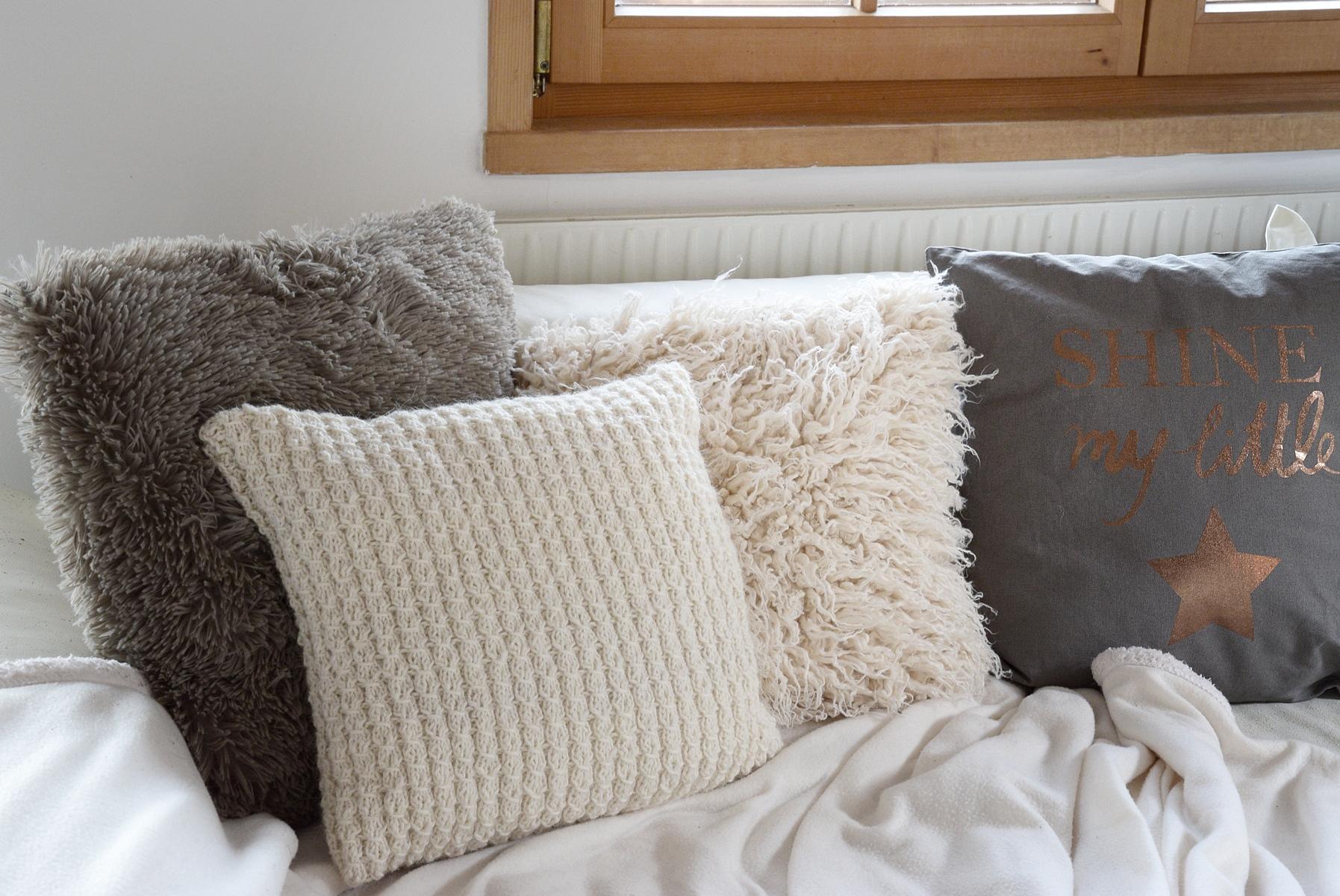 Kuscheliges Wohnzimmer mit Decken und Kissen von DEPOT