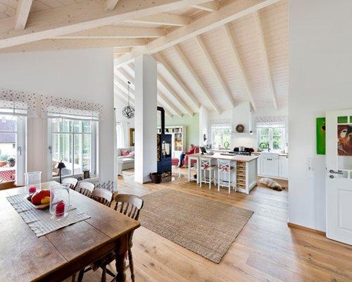 Landhausstil Wohnzimmer mit hellem Holzboden Ideen Design