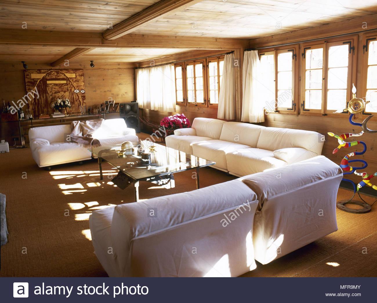 Landhausstil Wohnzimmer mit Holzdecke und gepolsterten
