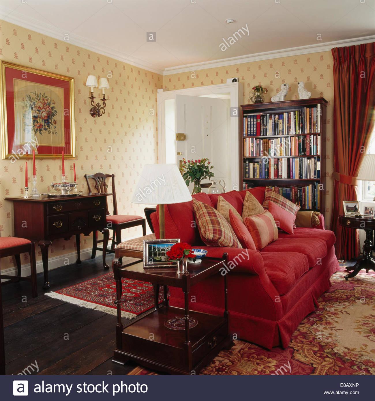 Rotes Sofa mit Kissen Land Wohnzimmer mit gemusterten