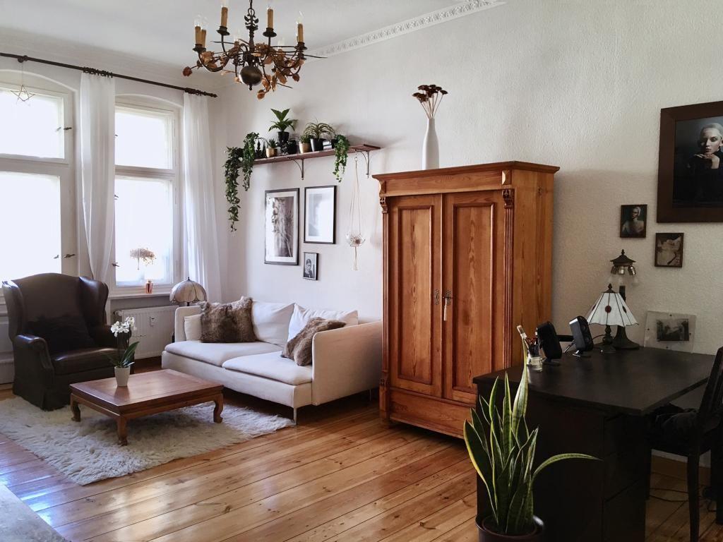 Schönes Wohnzimmer mit 2 alten Doppelfenstern und