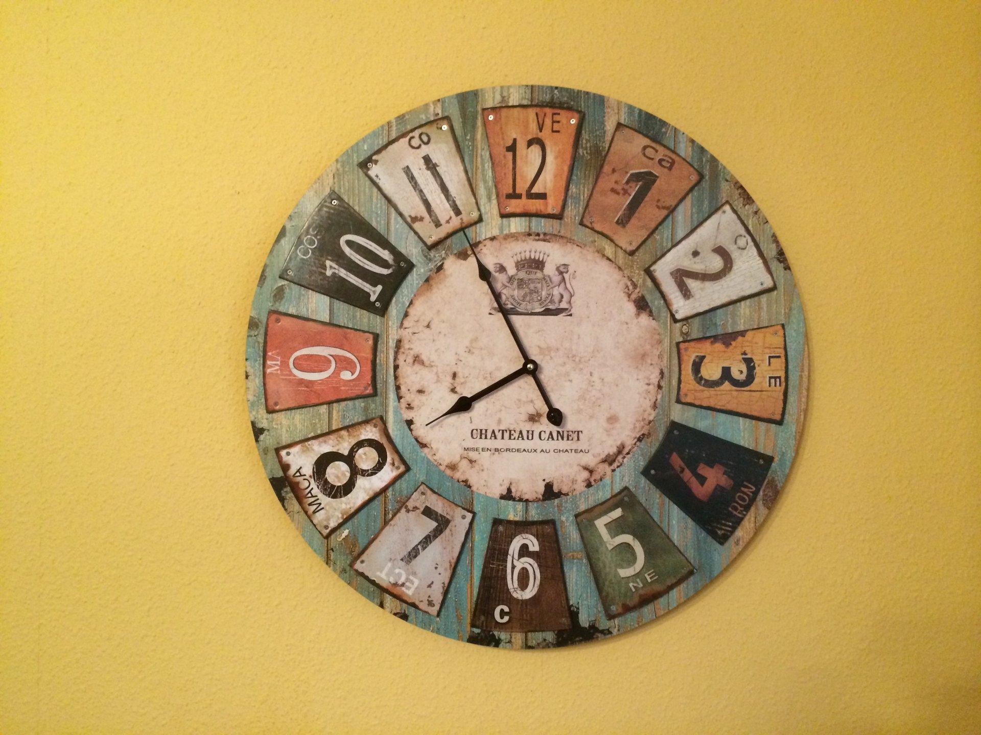 Seltenheit Wohnzimmer Uhr mit ein bischen Design inkl