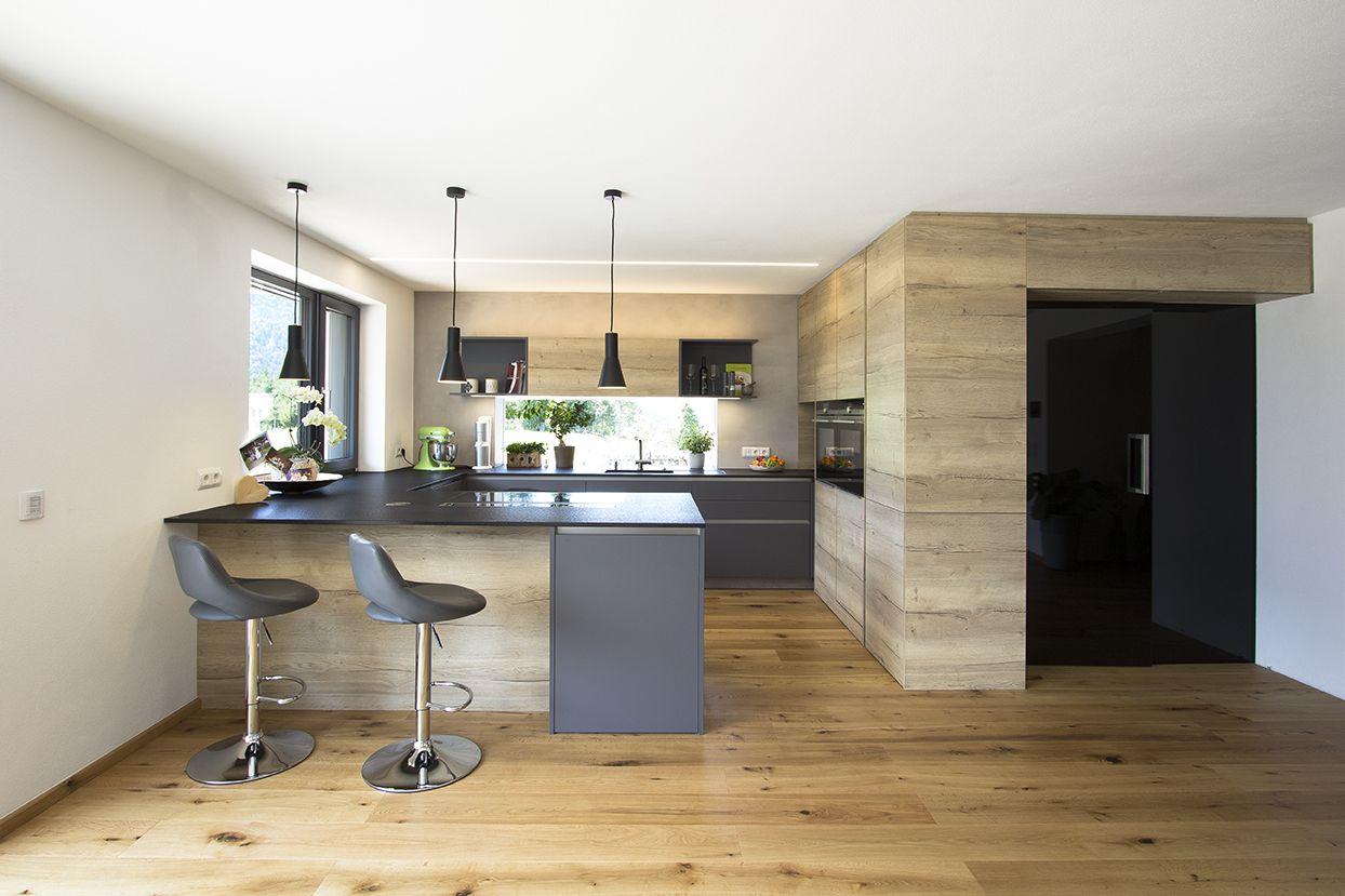 Wohnküche in Eiche kombiniert mit anthrazit Integrierte