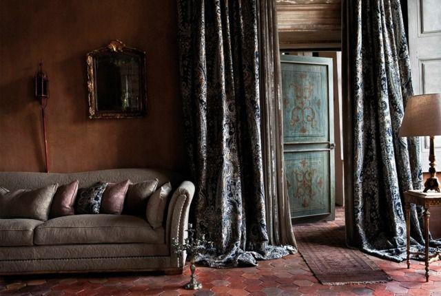 Wohnzimmer einrichten klassisch Tischlampe Teppich